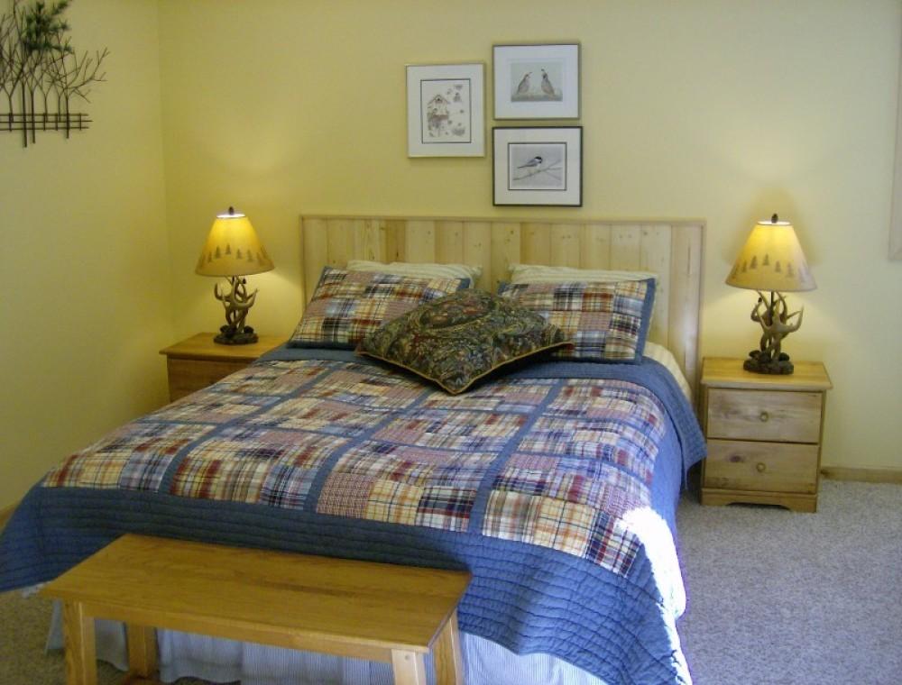Glacier Lily: Queen room with en suite bath – Janet Casey
