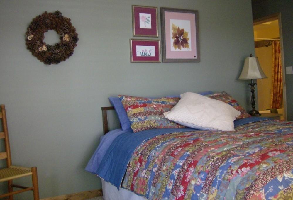Wild Flowers: Queen room with en site bath – Janet Casey