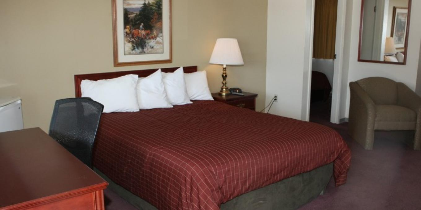 Aspen room with one queen bed, one king bed in separate bedroom, and a mini-fridge.