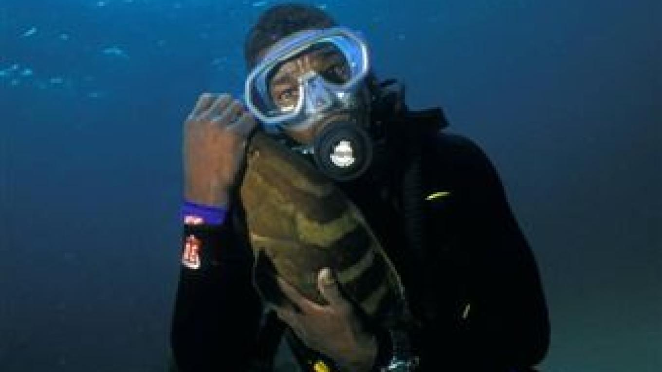 A diver with a fish. – Brendal's Dive Center
