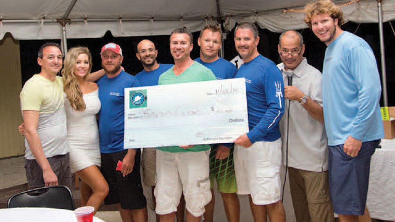 Winners at a previous Smackdown receive their check prize. – Bimini Big Game Club Resort & Marina