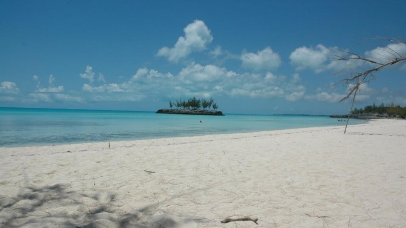 Powdery sand beach and the islet at Gaulding Cay Beach – panoramio