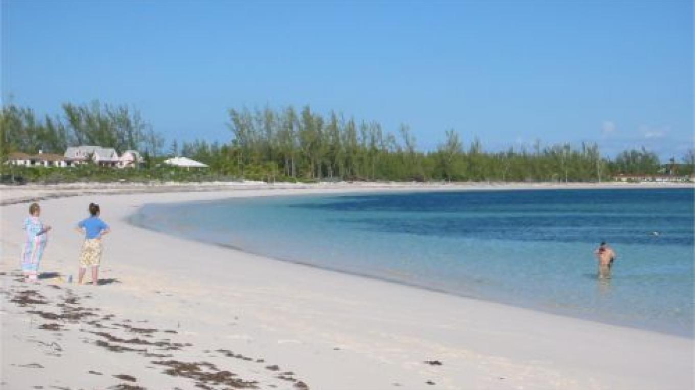 Visitors enjoying the water and the beach – discover Eleuthera Bahamas