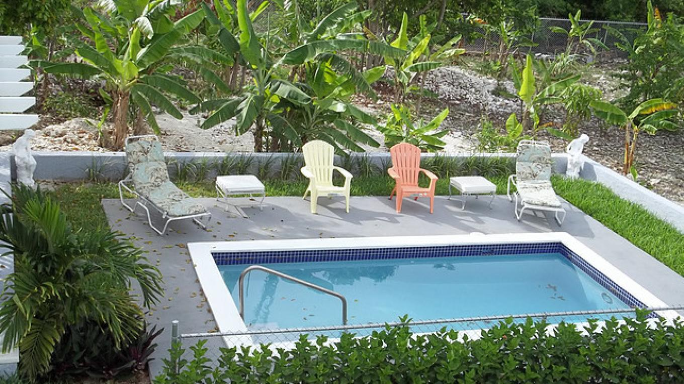 Pool and garden area – Bahama Breeze