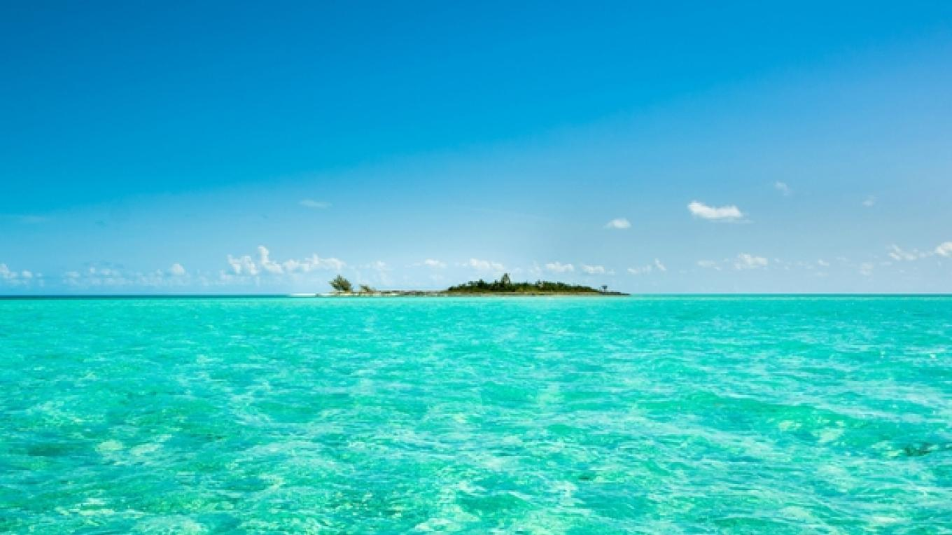 Turquoise waters surrounding Schooner Cay – photorator