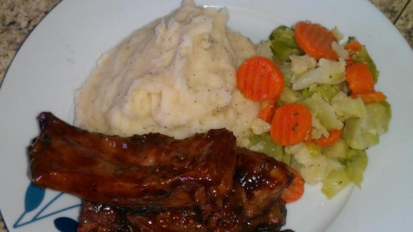 Meal with Barbecue ribs with mashed potatoes and vegetables – Nessa Gaitor, Rum Cay, The Bahamas