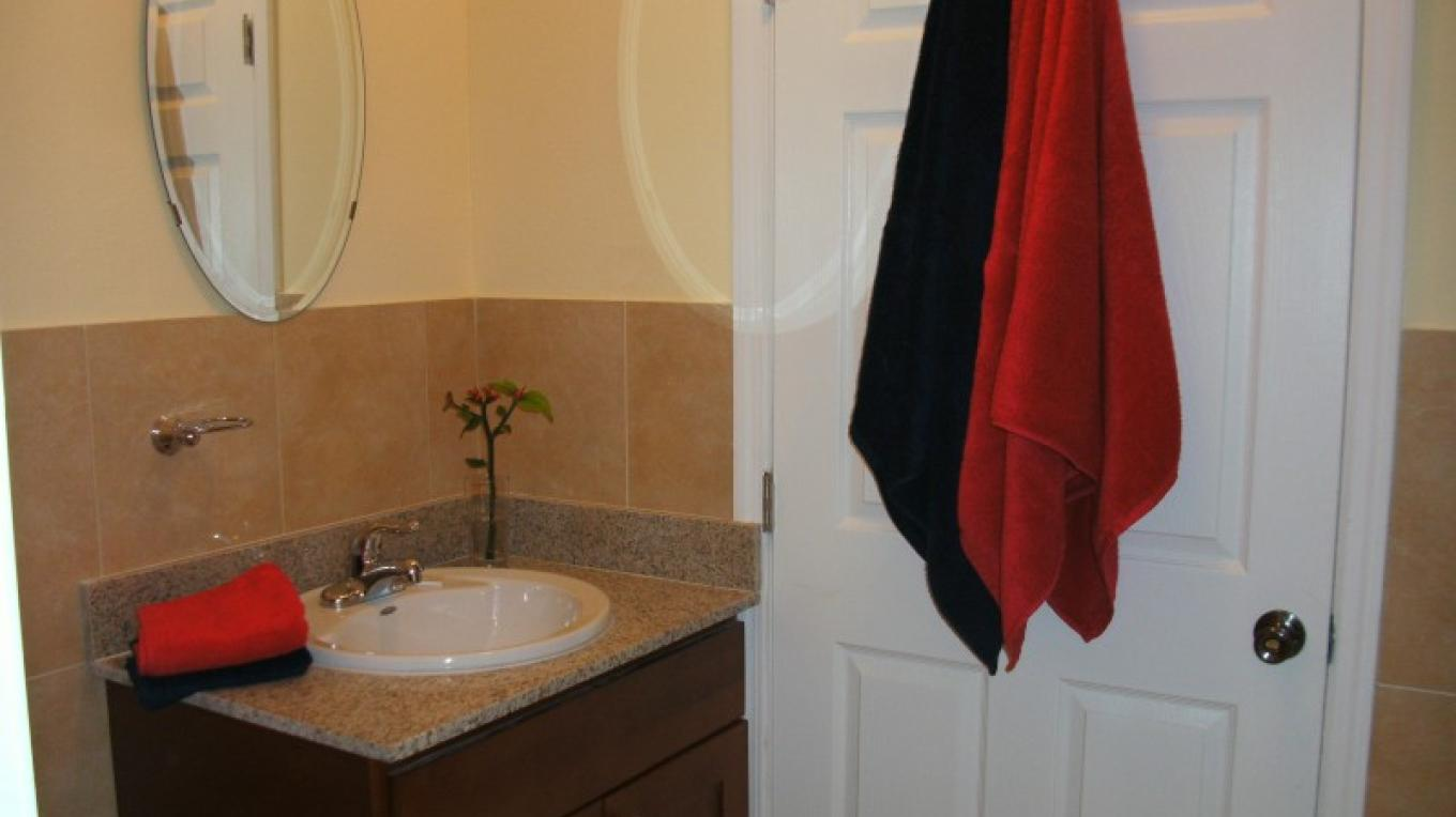 Captain Butterfly Suite - Ensuite Bath to Queen Room – Arlene Clarke