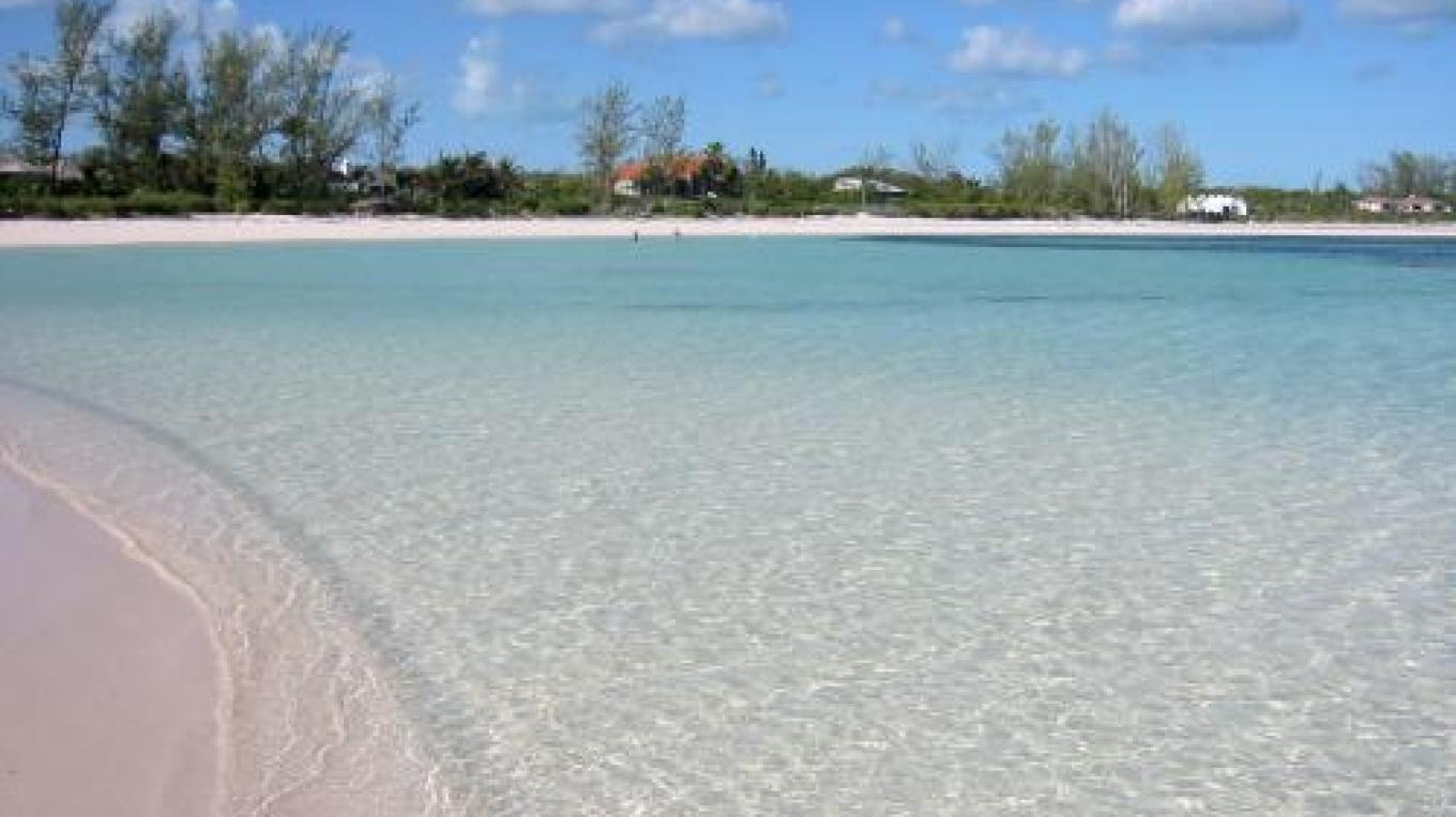 View of the turquoise blue waters at Winding Bay Beach – discover Eleuthera Bahamas