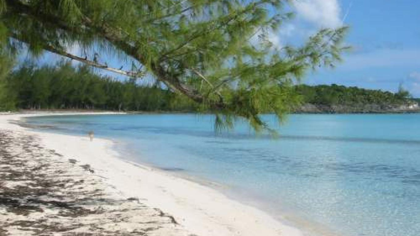 Sandy beach and turquoise water at Gaulding Cay Beach – discovereleutherabahamas