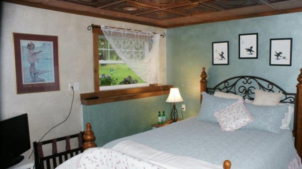 Bear Grass Suite queen bed
