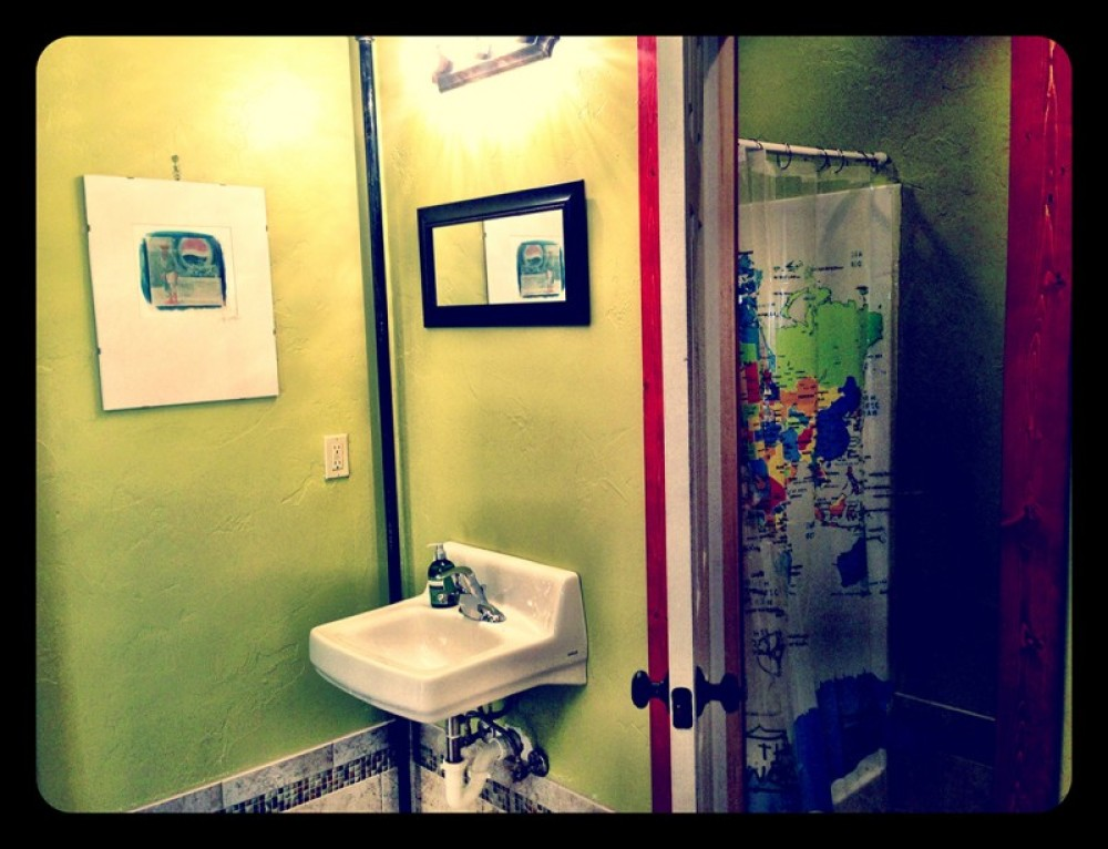 Hostel Guest's bathroom – Lynon Lohof