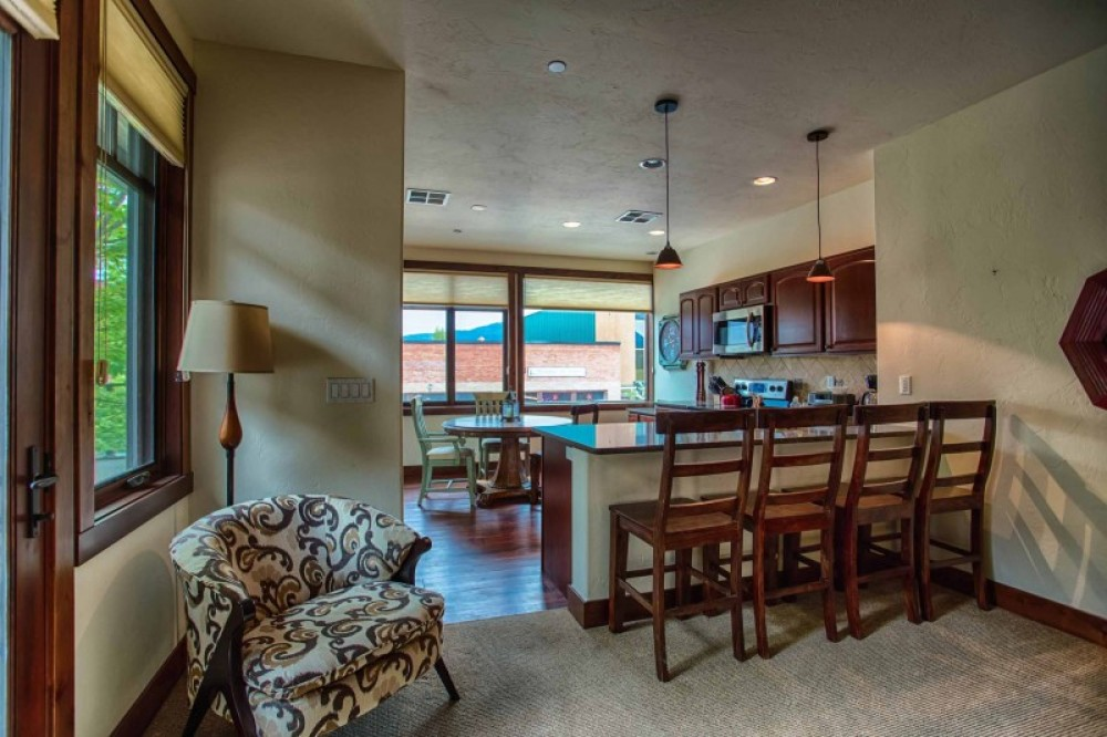 SUITE #2 - 2 BEDROOM/2 BATHROOM OVERLOOKING CENTRAL AVENUE. PRIVATE BALCONY WITH GAS FIREPLACE. – Danny Nestor