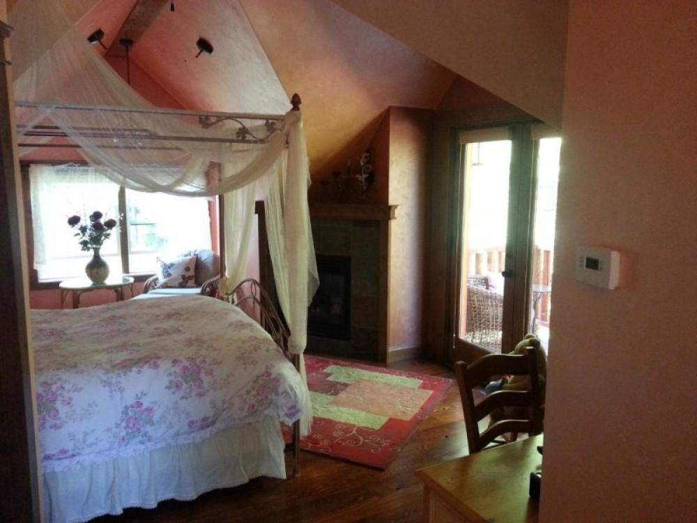 Camas Suite queen bed – Bill Montgomery