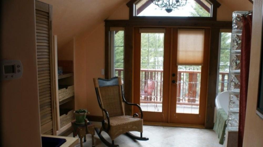 Camas suite bath and balcony – Bill Montgomery