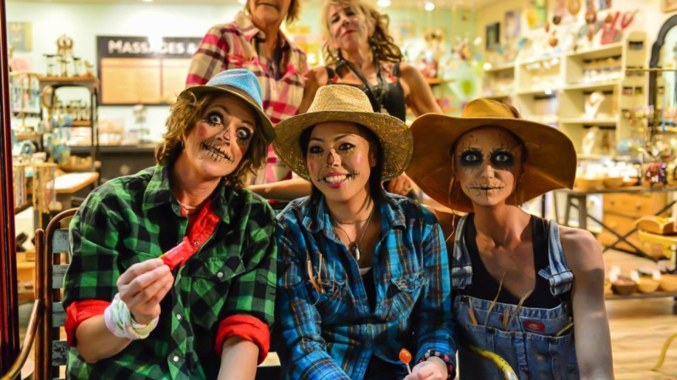 Store employees in the spirit – Bud Ellis Photography