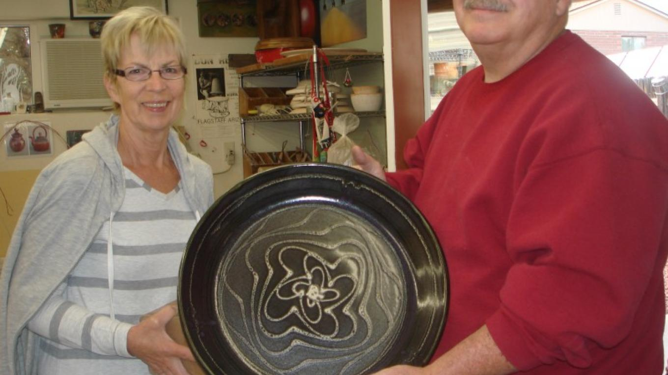 Potter Jerry McGlothlin hands off a large Platter to a New Customer – Melanie Lee