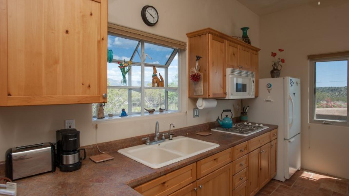 Kitchen. Full size refrigerator/freezer, gas cooktop, convection oven/microwave, toaster, coffee maker, kettle. – Nina Hubbard