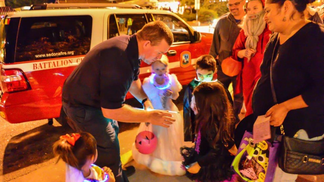 Sedona Fire District gives out glow necklaces – Bud Ellis Photography