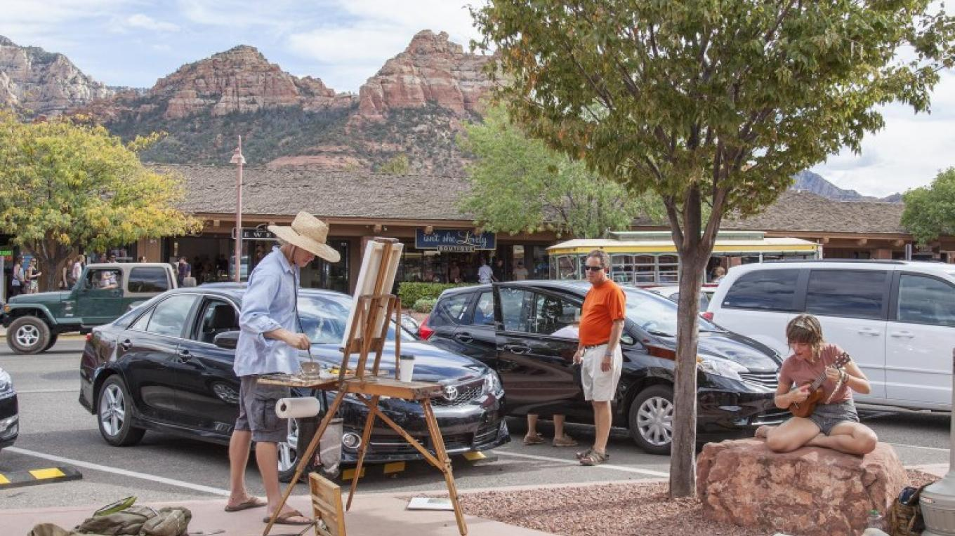 Carl Ortman paints from life during the Main St Paint-Out at the Sedona Plein Air Festival – Kelli Klymenko