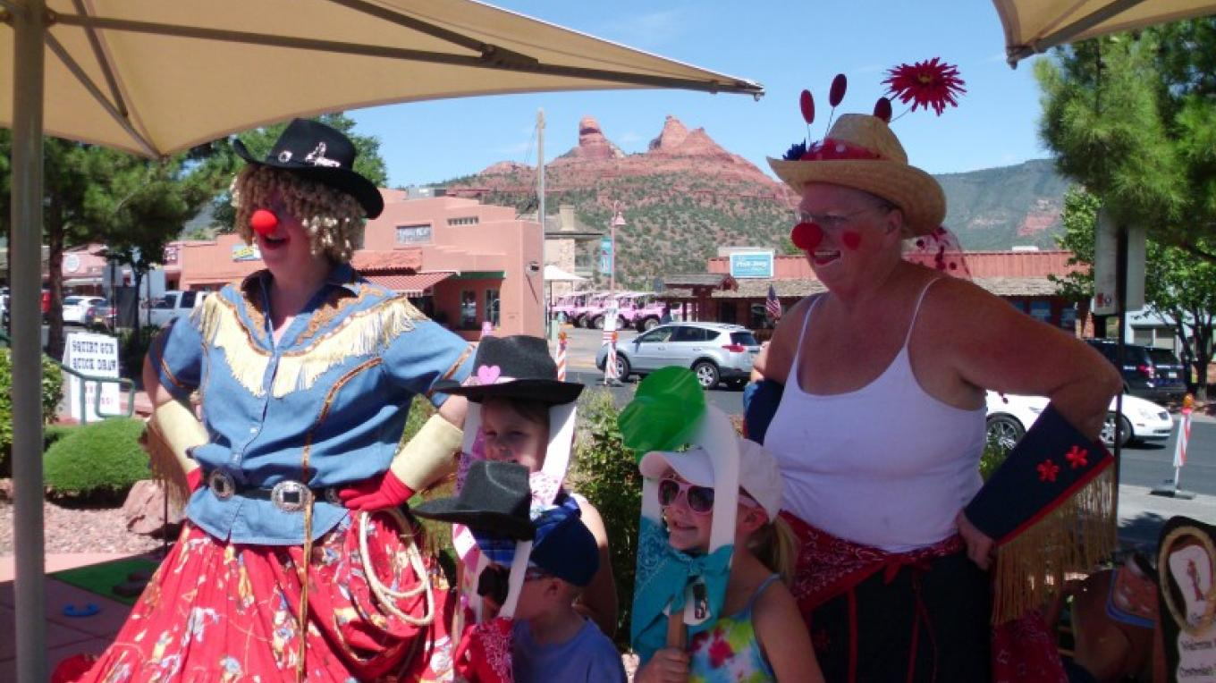 "Annabelle & Clarabelle Cowgirl Clowns entertain ""young'uns"" – Sedona Main Street Program"