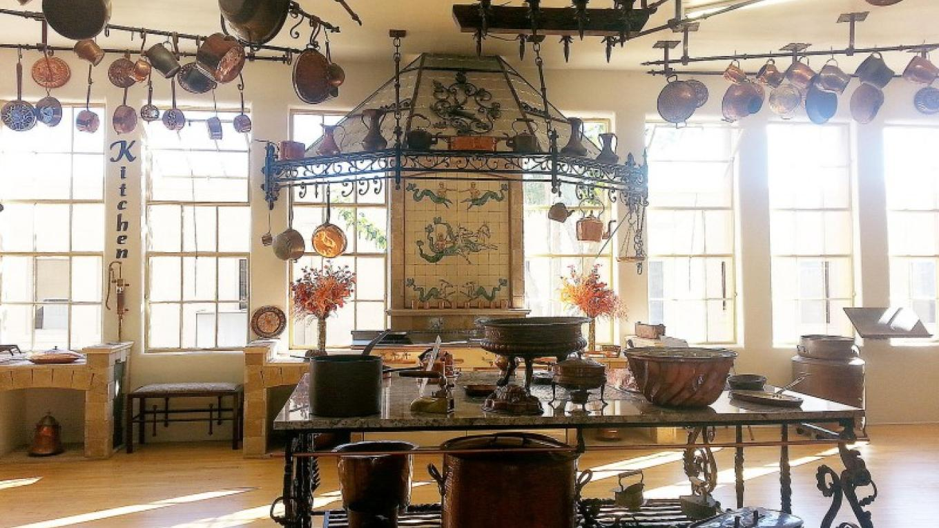 Kitchenware collection. Includes cookware, jelly molds, specialty cooking pans, and even a 44 gallon lobster pot from Martha Stewart. – Arizona Copper Art Museum