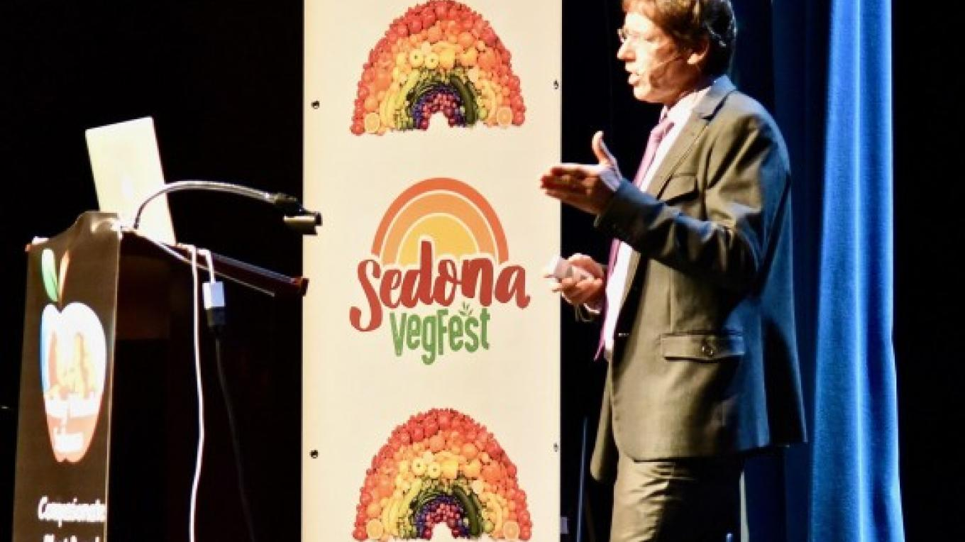 At Sedona VegFest 2017, Dr. Richard Oppenlander explained how a plant-based diet can help the environment. – Don Fries
