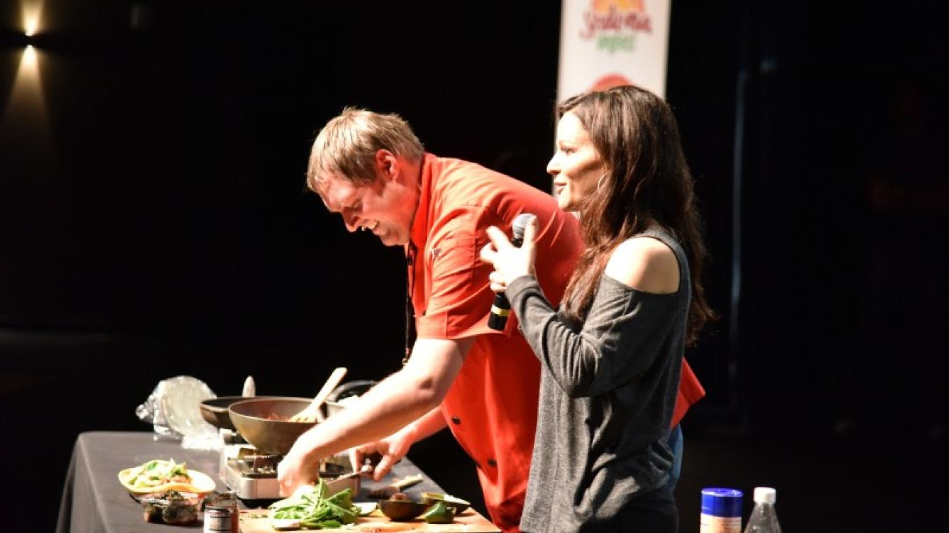 Cooking demonstrations delight attendees at Sedona VegFest 2017. Here, vegan Chef Jason Wyrick is assisted by nutritionist Julieanna Hever. – Don Fries