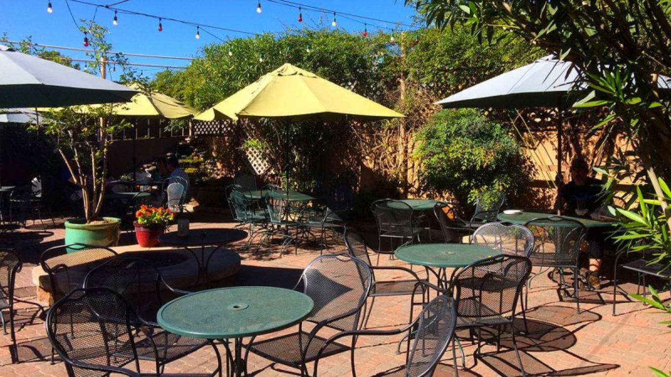 Laid back beer garden with fire pit – www.oakcreekbrew.com