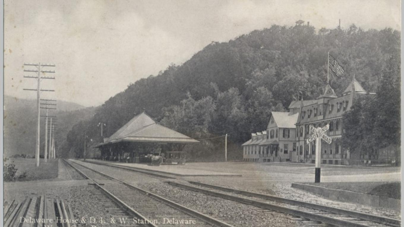 DL&W Station at Delaware Water Gap, PA. The station still exists; the hotel is long gone. – Antique postcards believed to be at least 80 years old.