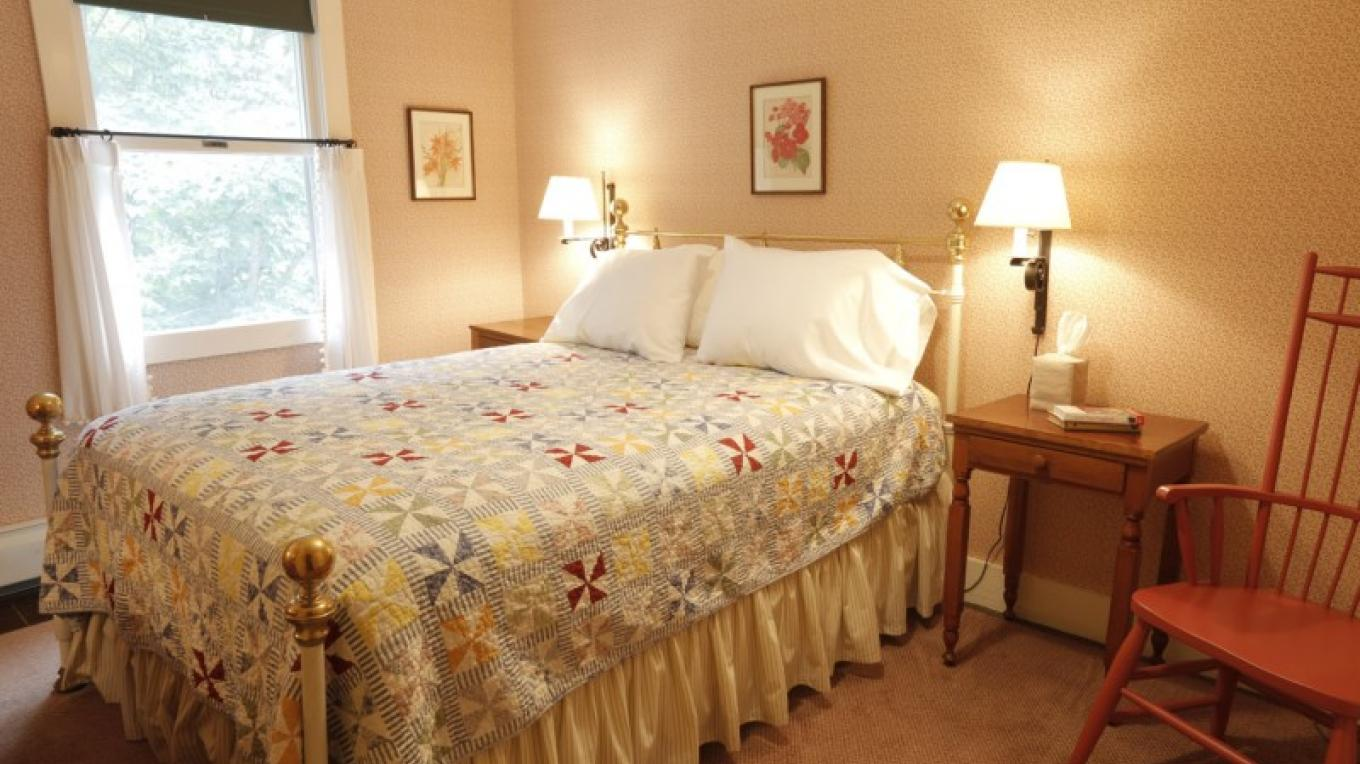 Guest room with Queen Size Bed – Walter Hodges