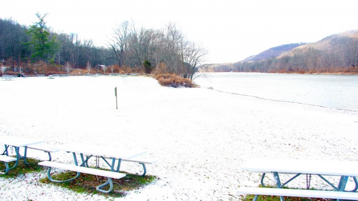 Wintertime scene at Turtle Beach. Lifeguards are here during the summer months to ensure safe swimming in the Delaware River. – National Park Service