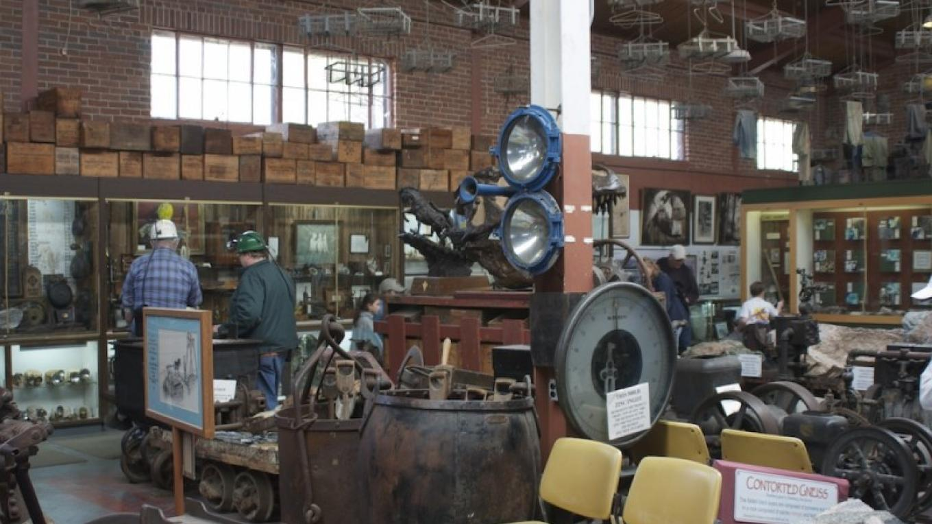 Exhibit hall of Sterling Hill Mining Museum – Dmadeo/Wikipedia