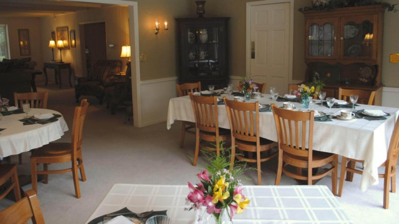 Enjoy a Gourmet three-course breakfast in the dining room. – Wooden Duck B&B