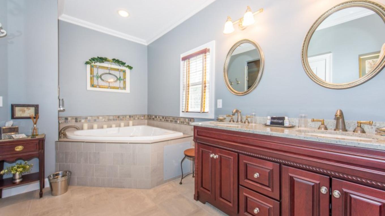 Bathroom - Laurel Room