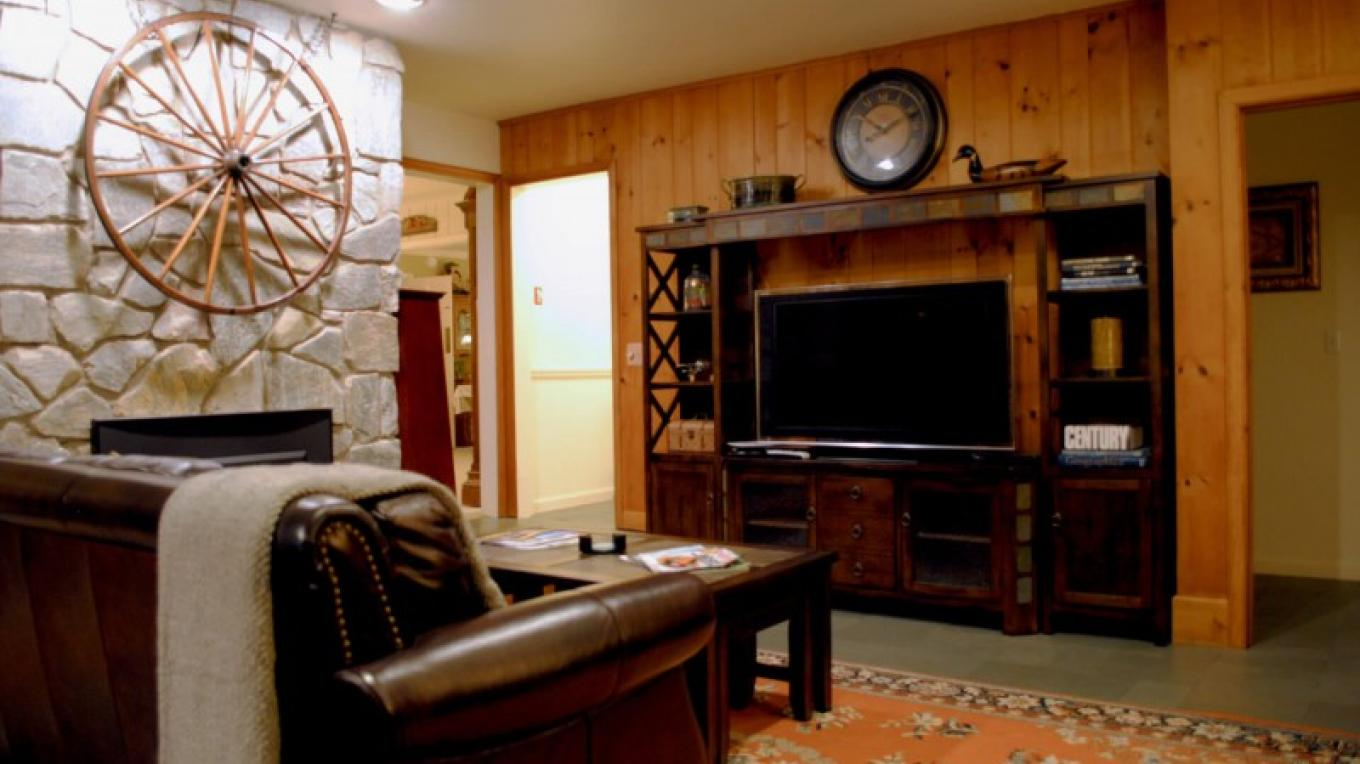 Enjoy games and a movie next to a fire in the den. – Wooden Duck B&B