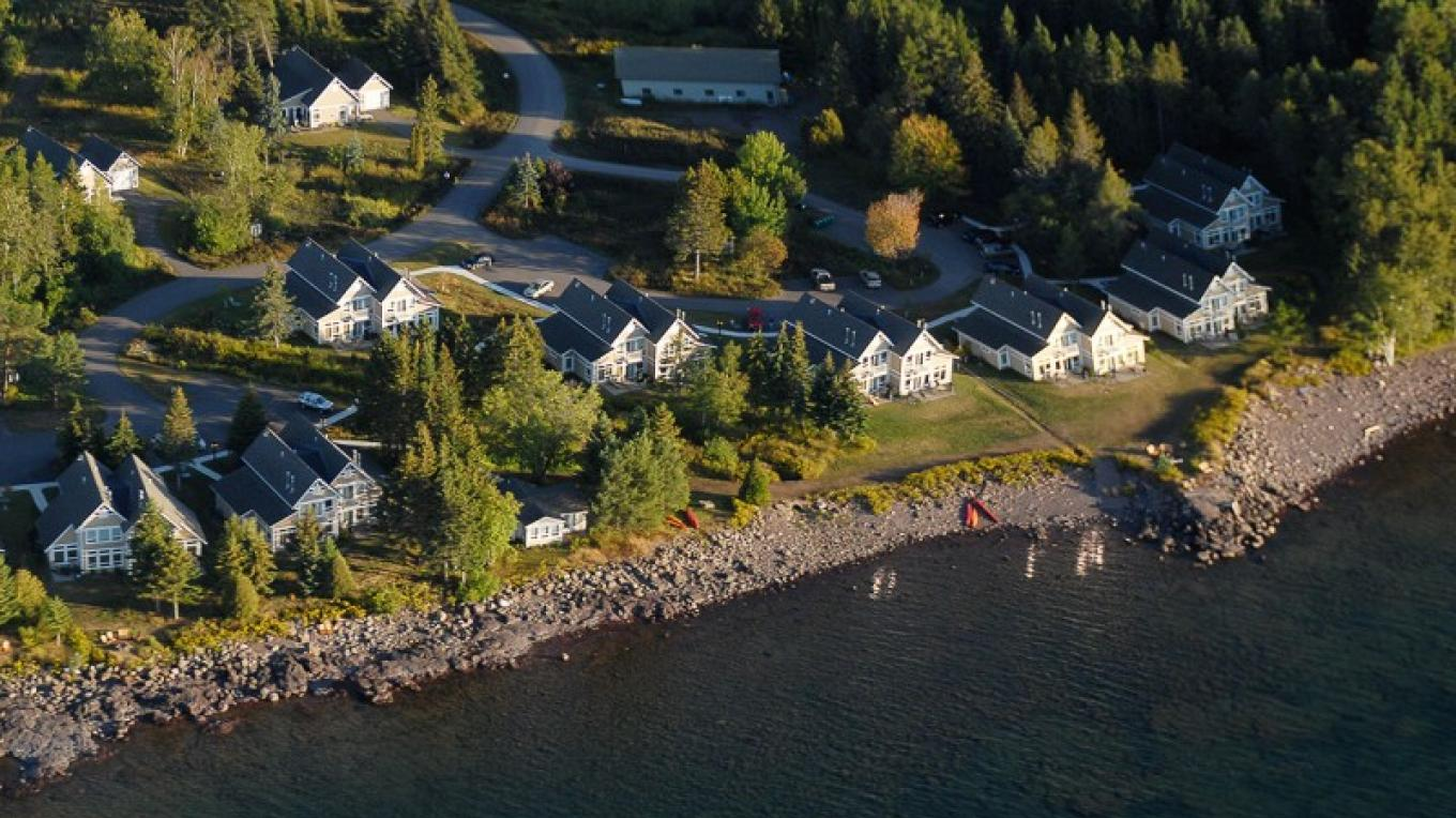 Aerial view of our lake side cottages. – Larsmont Cottages