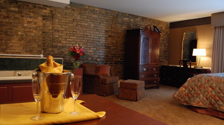 Studio Whirlpool Suite – Fitger's Inn