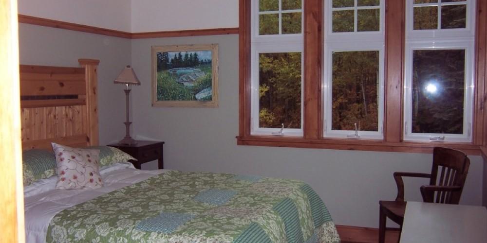 Guest bedroom with queen bed – Bonzi Wuebben