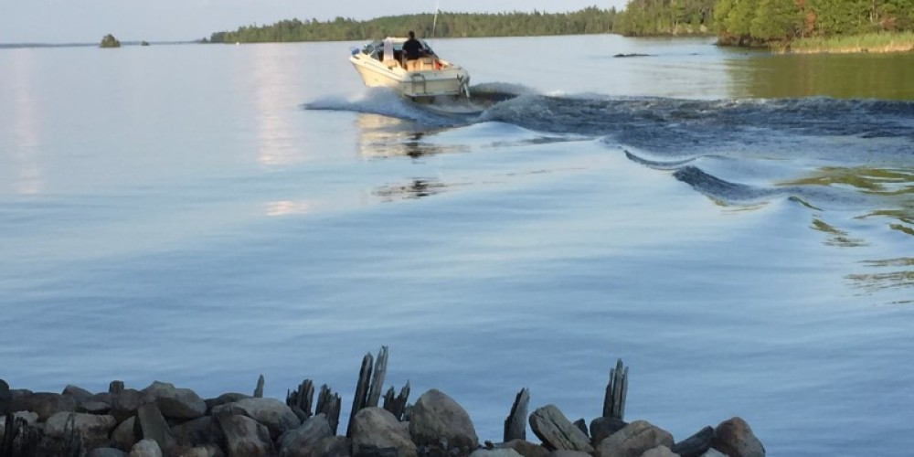 Tour boat taking off from a historical site on Rainy Lake. – Eric Johnson