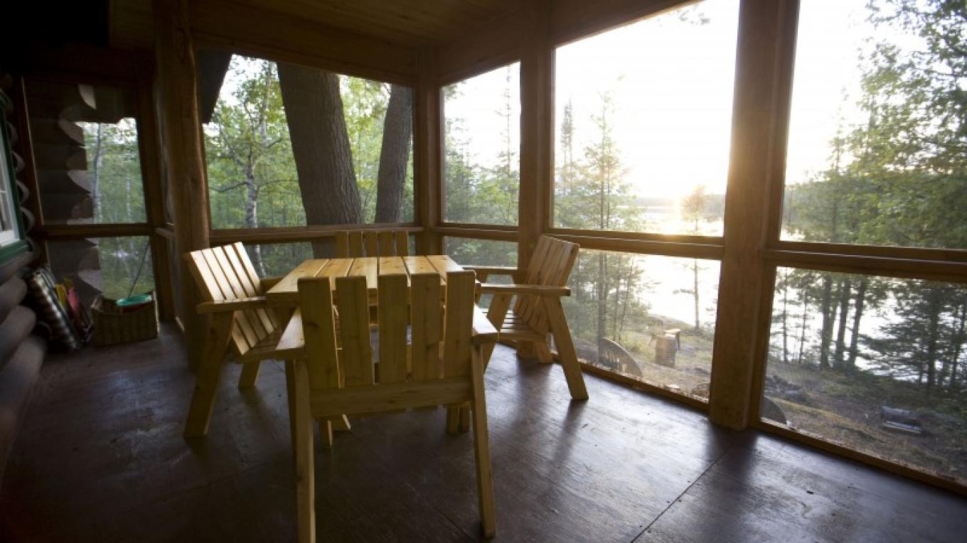 Cabin 5's screened porch overlooking the beach – Northernair Loage