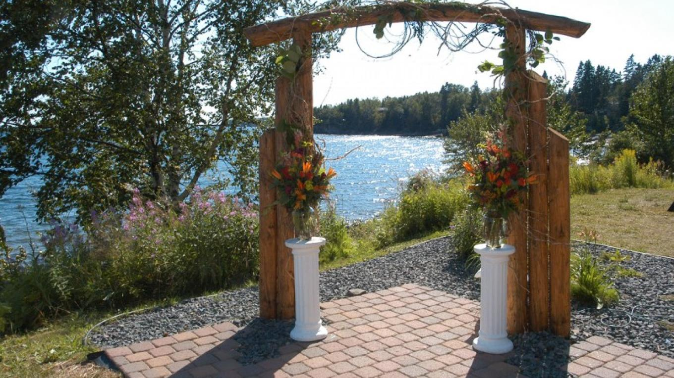 Grand Superior Lodge is perfect for outdoor weddings on lake Superior. – Odyssey Resorts