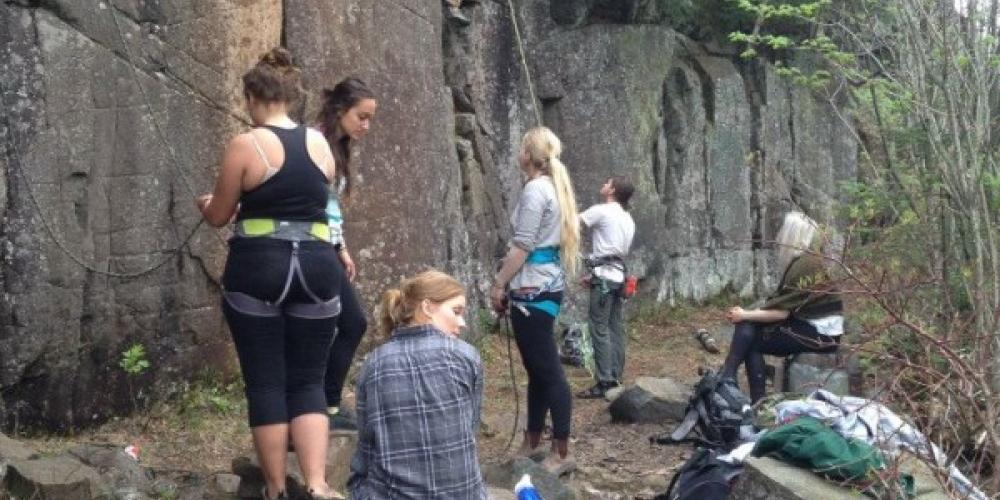 Group of groovy friends climbing at The Bluffs! – Abi Hay