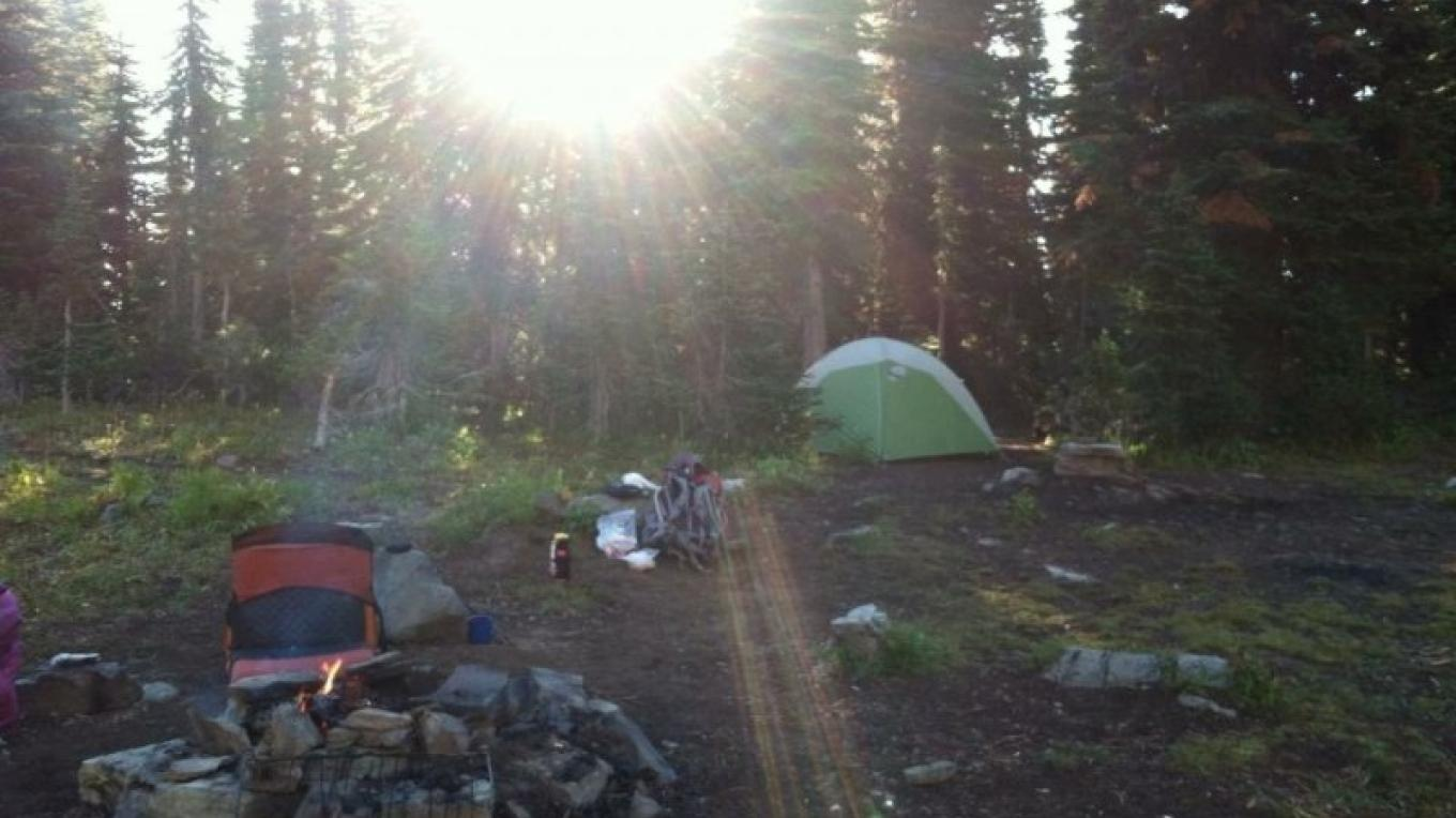 Camp spot where the trail first meets the lake. – Carrie Kaarre