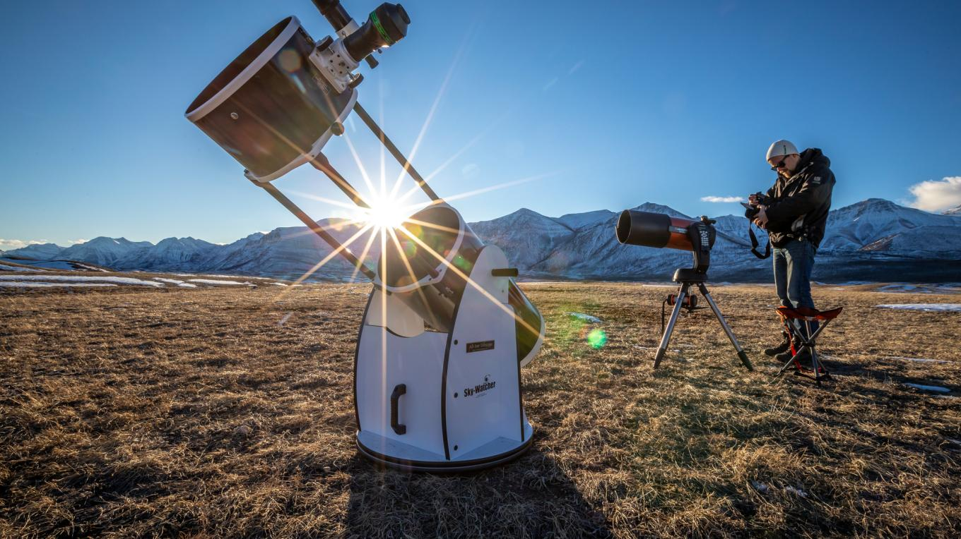 The ever-popular Night Sky Discovery Tour focuses on discovering the night sky, spending time stargazing, and having the opportunity to peer through various telescopes! – Photo courtesy Travel Alberta / John Price