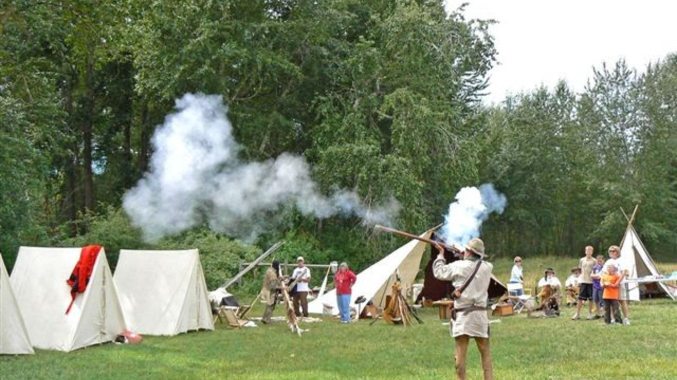 Re-enactors demonstrate the use of historical firearms at Travelers\' Rest – Dale Dufour