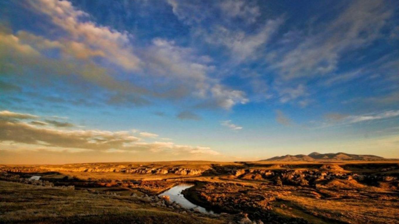 The Milk River Valley running through Writing-on-Stone Provincial Park / Áísínai'pi National Historic Site – J. Novotny, Alberta Parks
