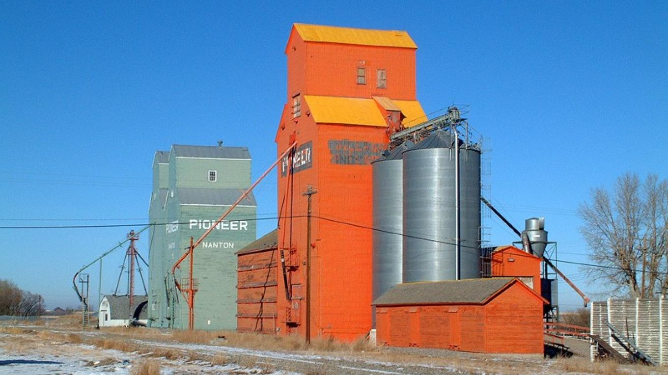 Nanton's grain elevators, before 2005 re-painting. – David Thomas