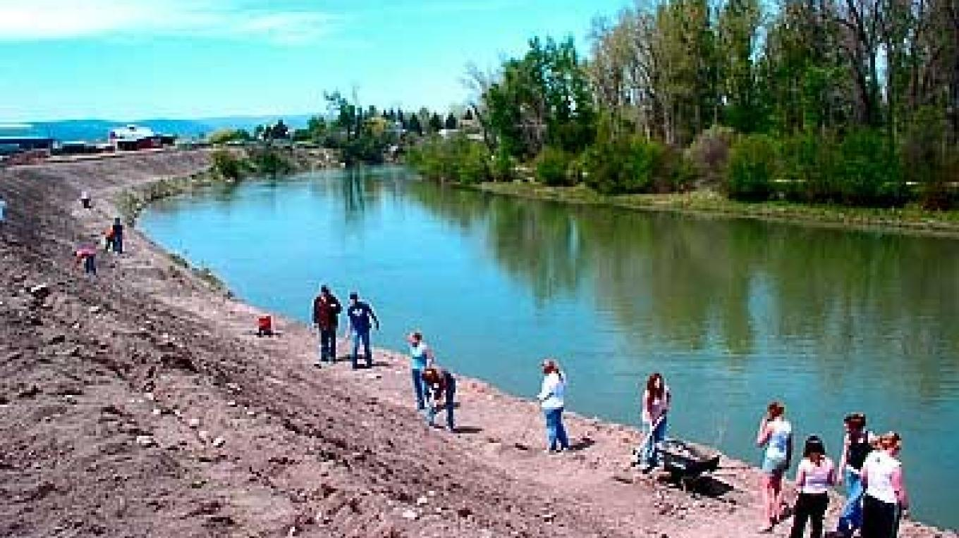 Student revegetation team along the Stillwater River – Constanza von der Pahlen