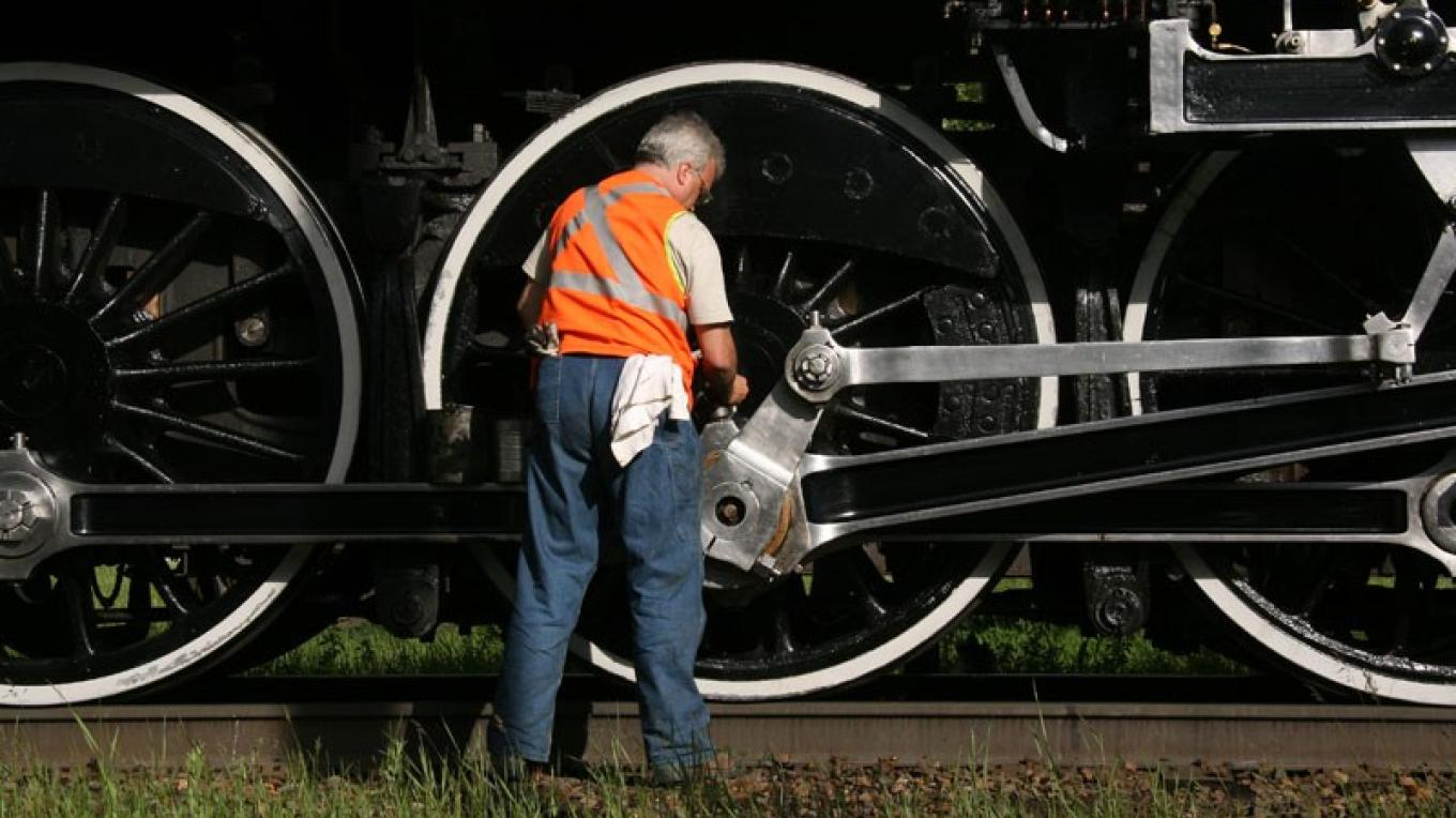 Crew member lubricates drive rods of C.P.R. 2816 in Fernie, B.C. – David Thomas