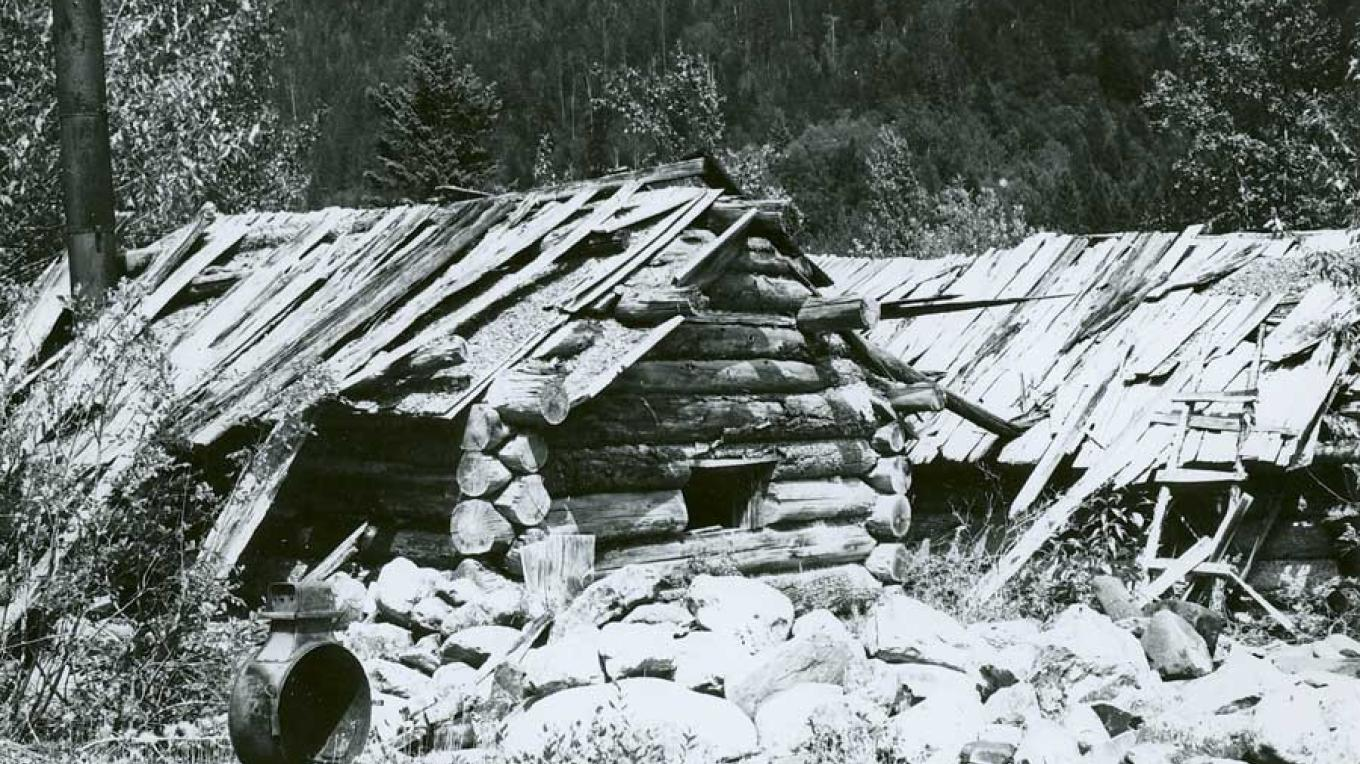 Remnants of a Chinese cabin near Wild Horse Creek. – Fort Steele Heritage Town Archives, FS 5.0444